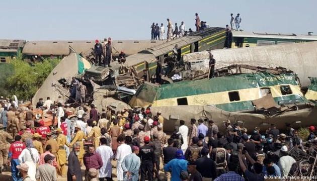 Зіткнення потягів у Пакистані: кількість загиблих збільшилася до 50