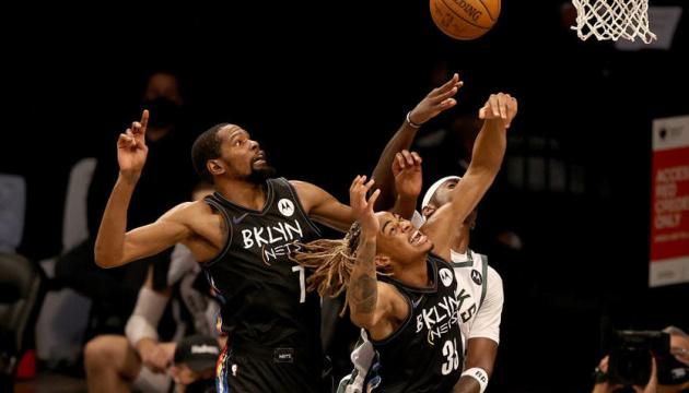 «Бруклин» разгромил «Милуоки», «Финикс» обыграл «Денвер» в плей-офф НБА