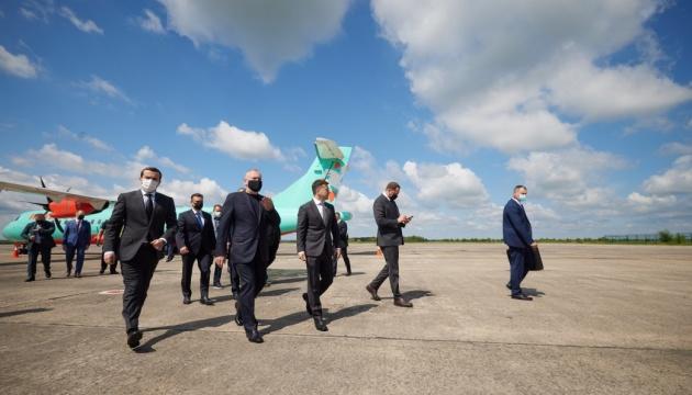 Зеленский прибыл в Кривой Рог рейсовым самолетом