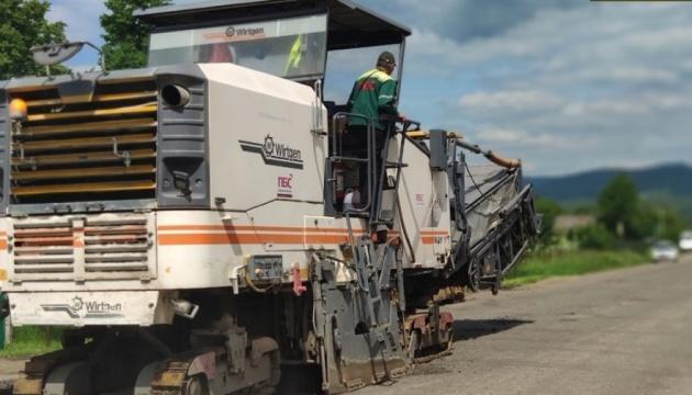 На Закарпатті ремонтують дорогу до туристичного «магніту» – ферми плямистих оленів