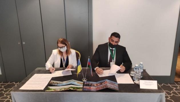 Kyiv y Bakú firman un plan de acción de tres años sobre cooperación en el turismo