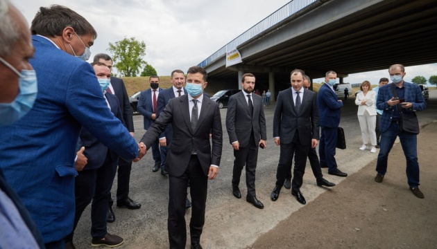 Зеленский проверил, как ремонтируют трассу Днепр - Николаев