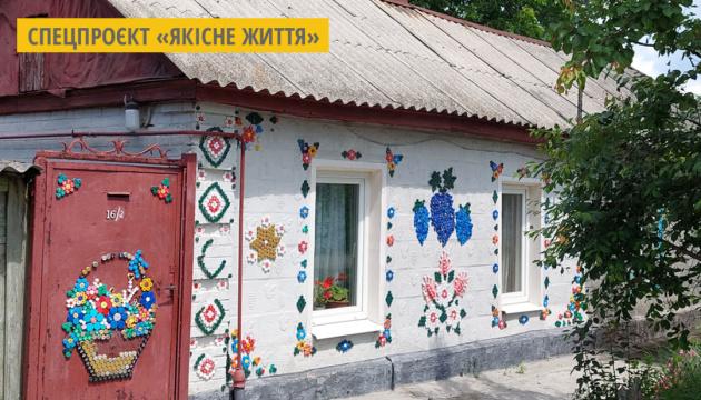 У Кропивницькому стіни старого будинку прикрасили орнаментами з пластикових кришечок
