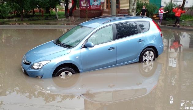 «Маріуполь, пливемо»: зливи паралізували рух транспорту у місті
