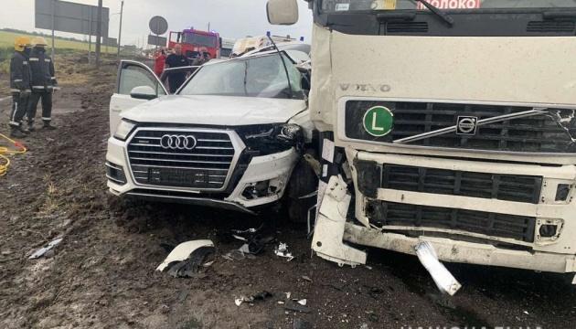 На Херсонщині Audi зіткнулося з вантажівкою: загинуло подружжя і їх шестирічна дитина