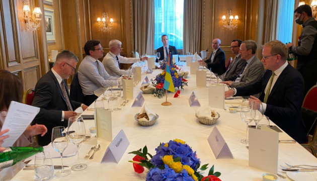 Кулеба обсудил с немецким бизнесом инвестиционные проекты в возобновляемой энергетике