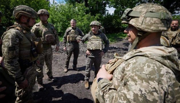ゼレンシキー大統領、東部前線を訪問 敵からの攻撃の減少を指摘