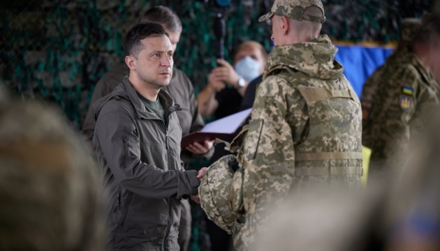 Зеленский на передовой встретился с военными и вручил им награды
