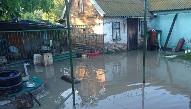 Тросом вытаскивали авто из воды: Мелитополь затопили ливни