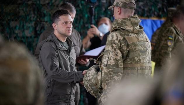 Frontbesuch: Selenskyj zeichnet Soldaten aus