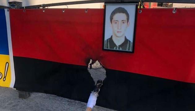 У центрі Одеси підпалили прапор на меморіалі загиблим патріотам