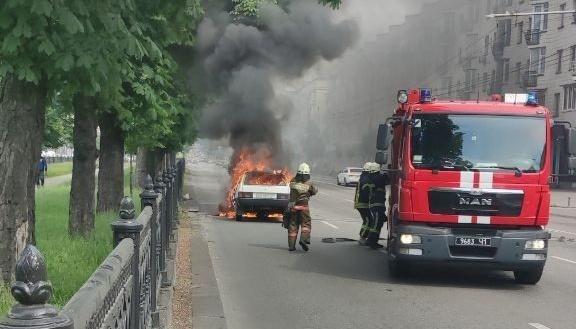 На проспекті Перемоги загорілось авто – у центрі Києва утворився затор