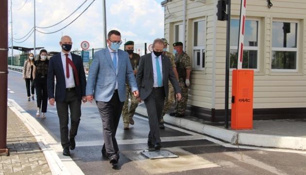 Diplomáticos de Suiza y el Reino Unido visitan los puestos de control en la frontera administrativa con Crimea