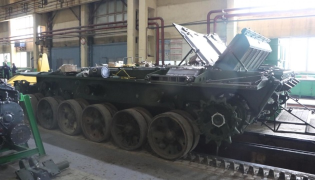 Разумкову показали, як ремонтують техніку на Львівському бронетанковому
