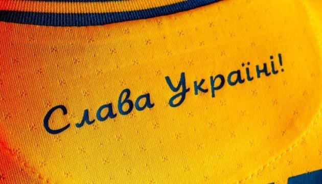 Працівники посольства Британії приміряли форму збірної України з футболу