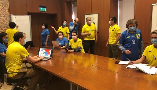 Працівники посольства Канади одягнули на роботу українську футбольну форму