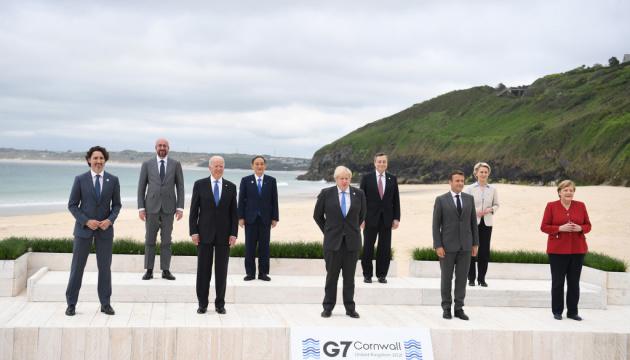 Байден - репортерам на фотосесії перед самітом G7: Усі в воду!