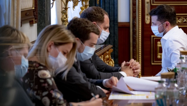 Президент вимагає персональної відповідальності чиновників за невиплати лікарям