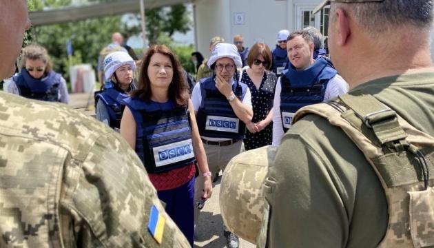 Presidenta en ejercicio de la OSCE visita el puesto de control de Novotroitske