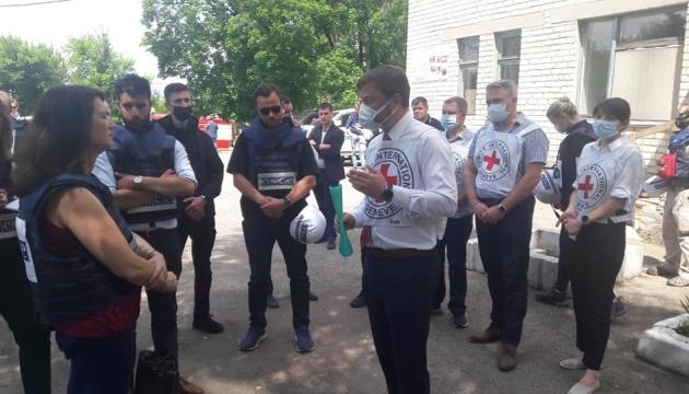 La présidente en exercice de l'OSCE visite le port de Marioupol, le point de contrôle « Novotroitske » et la ville de Krasnogorivka