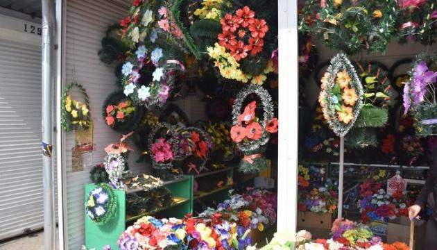 В Мукачево запретили продажу поминальных венков и цветов из пластика
