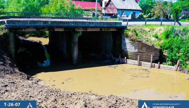 Через тривалі дощі на Буковині почали укріплювати мости