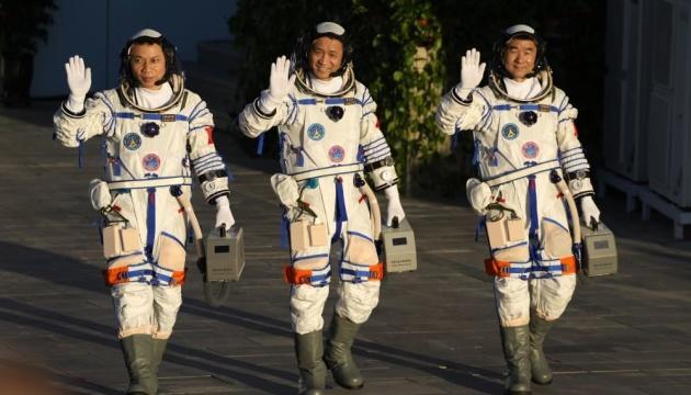 Китай запустив у космос трьох астронавтів на кораблі