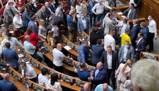"""Schlägerei im Parlament zwischen Abgeordneten von Fraktionen """"Diener des Volkes"""" und """"Oppositionelle Plattform – Für das Leben"""""""