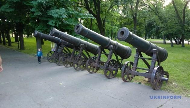 В Чернигове из-за реконструкции Вала временно убрали с постаментов пушки