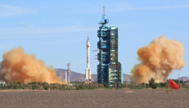 Китайський корабель із астронавтами зістикувався з космічною станцією «Тяньхе»