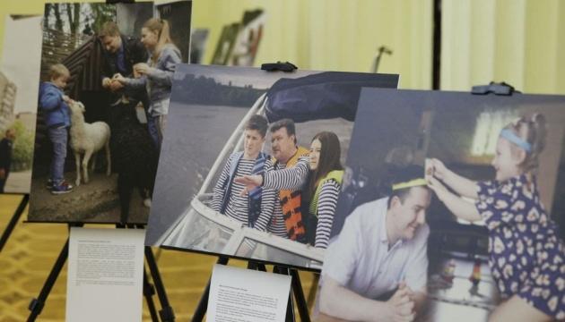 В Киеве открыли фотовыставку ко Дню отца
