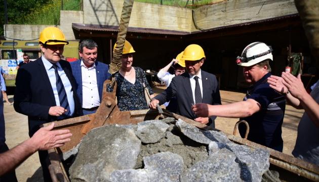 На Закарпатье начали строить новую больницу в стометровой соляной шахте