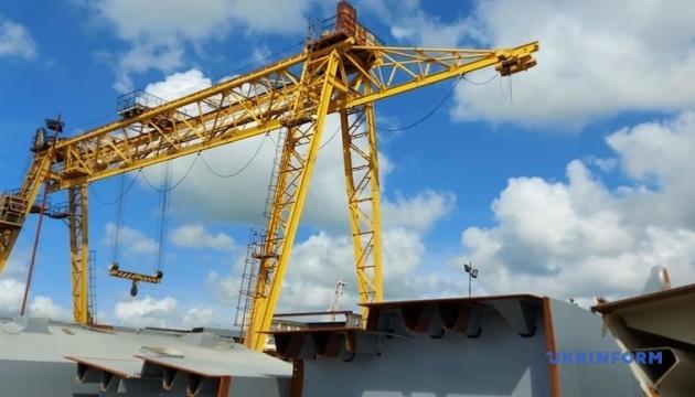Кран «Захарий» прибыл в Запорожье и продолжит строить вантовый мост