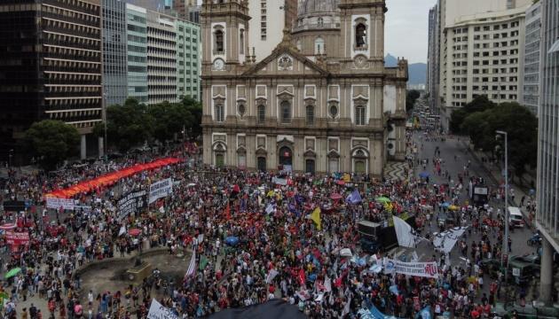 От COVID-19 в Бразилии погибли полмиллиона человек – в стране вспыхнули протесты