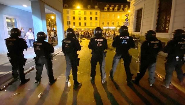 Німецька поліція розігнала кілька масових вечірок – гуляки відбивались піротехнікою
