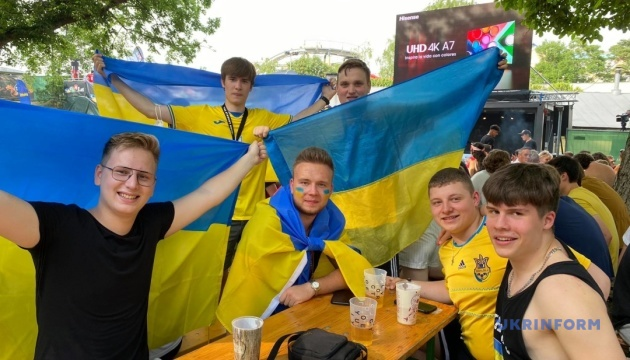 Українці у фан-зоні Відня вболівають за своїх