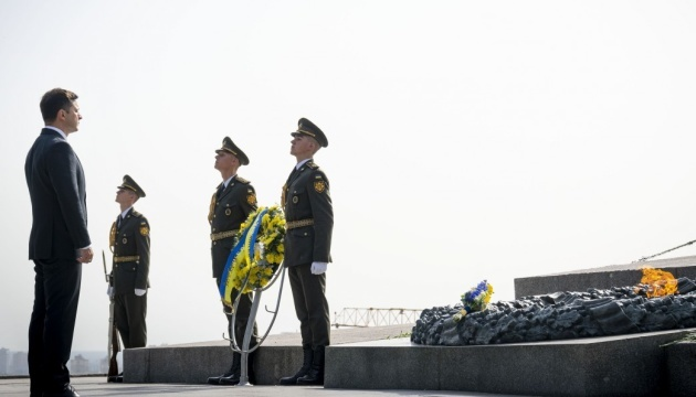President lays flowers at Tomb of the Unknown Soldier in Kyiv
