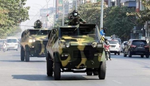 Армія М'янми на бронетехніці вступила у бій з групами самооборони