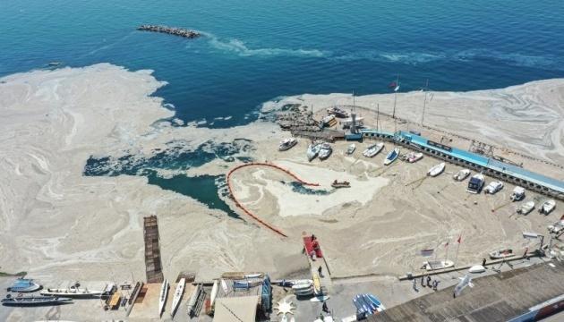 З Мармурового моря вичистили вже шість тисяч кубометрів слизу