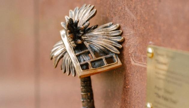Бронзова пальмочка: у столиці з'явилась ще одна мініскульптура