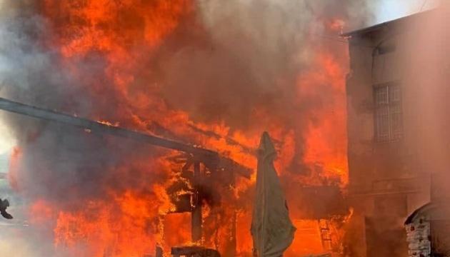 У Тернополі горить ресторан і сусідня будівля