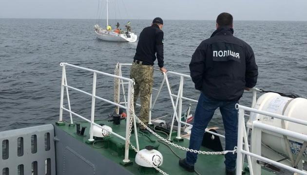 Троє жителів Херсонщини вербували моряків для перевезення нелегалів – справу передали до суду