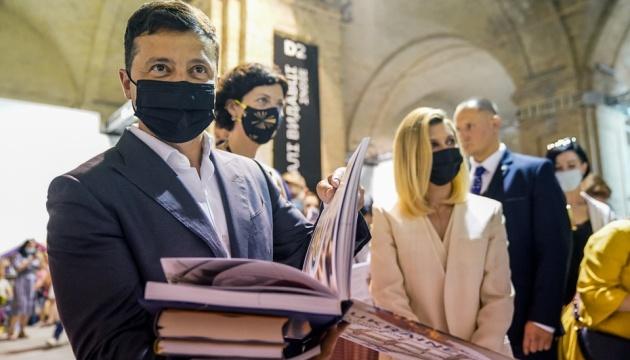Зеленский накупил новинок на Книжном Арсенале