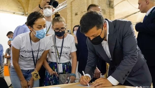 Зеленский на Книжном Арсенале подписал открытку для пленников Кремля