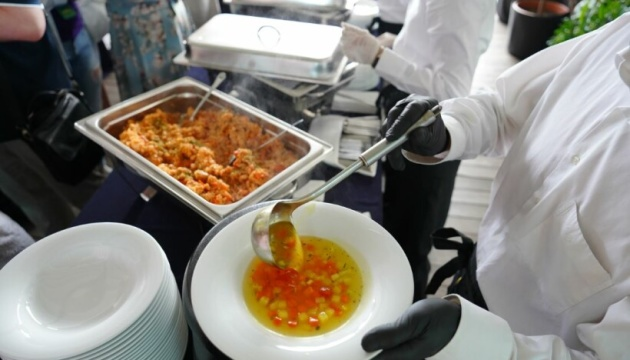 Гнилые овощи, мясо в ведре и фальсификаты: что обнаружили инспекторы в школьных столовых
