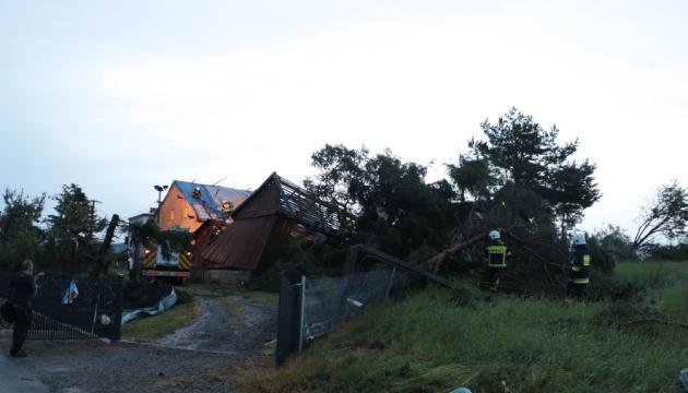 У Польщі буревій зніс сотні дахів та залишив тисячі людей без світла