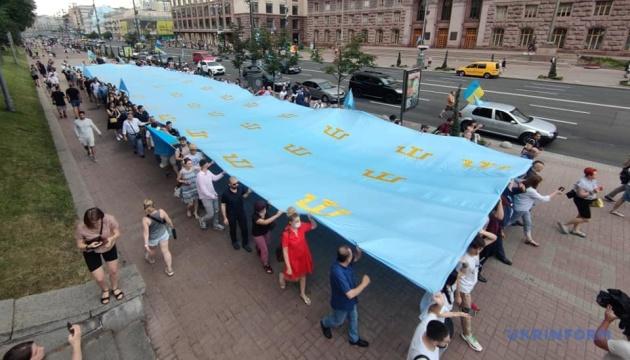 У центрі Києва триває хода до Дня кримськотатарського прапора