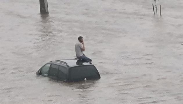 Непогода натворила беды в Минске - затопила улицы и обрушила мост через реку