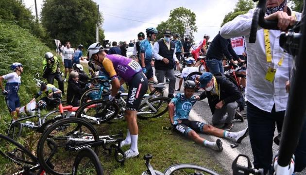Женщина с плакатом спровоцировала массовую аварию на Тур де Франс