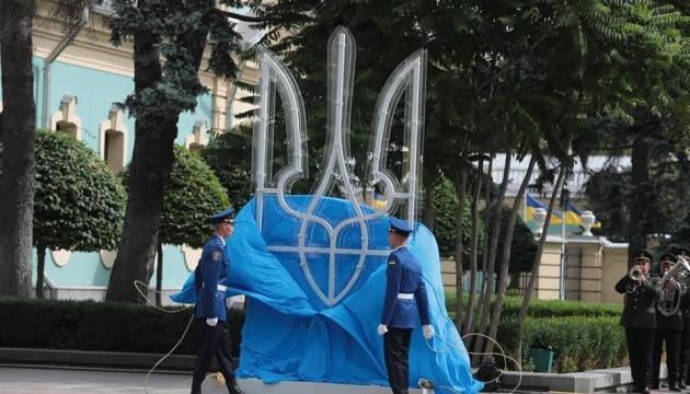 Біля Ради встановили «Тризуб» та підняли прапор України